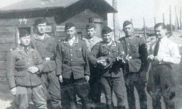 Strażnicy z obozu zagłady w Bełżcu. Samuel Kunz stoi trzeci od prawej, z mandoliną w rękach