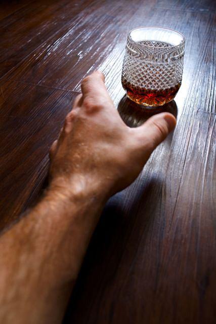 """Osoby uzale�nione odczuwaj� pono� """"g��d alkoholowy"""". Co to jest i jak si� objawia?"""