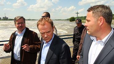 Bronisław Komorowski, Donald Tusk i wojewoda kujawsko-pomorski Rafał Bruski podczas wizyty na tamie we Włocławku