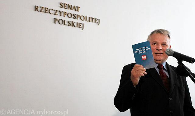 Marszałek Senatu Bogdan Borusewicz podczas konferencji prasowej zwołanej w związku z objęciem przez niego funkcji tymczasowo pełniącego obowiązki prezydenta
