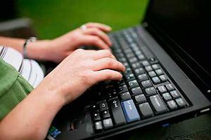 Policyjni eksperci badaj� laptopa wiceministra cyfryzacji