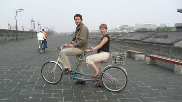 Chiny. Małżeński rower w chińskim wydaniu na murach obronnych Xi'an