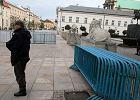 Po usuni�ciu krzy�a z�o�ono barierki sprzed Pa�acu Prezydenckiego
