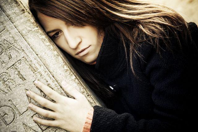 Przedłużająca się żałoba, niezdolność do samodzielnego przechodzenia jej kolejnych etapów, to siła niszcząca osobę