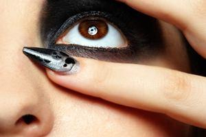 Modny manicure - czer� z szaro�ci�!