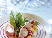Roladki z szynki parmeńskiej z glazurowaną gruszką, rukolą i serem ricotta - ugotuj