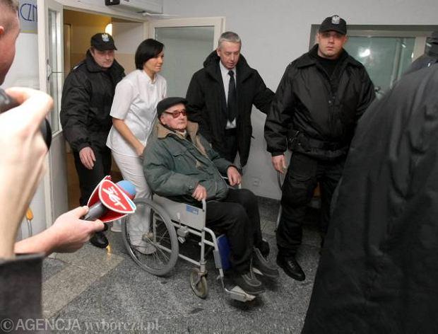 Gen. Jaruzelski po ci�kim zapaleniu p�uc opu�ci� szpital