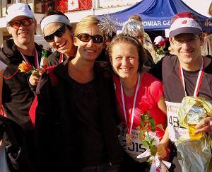 Tak wygląda radość z maratońskiego debiutu. Małgorzata Smolińska (w różowej koszulce) z przyjaciółmi-biegaczami: od lewej: Tomaszem Wolskim, Anną Trzcińską, Jolą Cholewą i Michałem Reszke na mecie 11. Poznań Maratonu