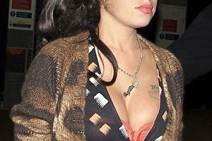 Amy Winehouse w wielkim swetrze