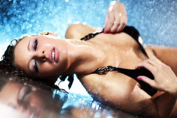 Kobiecy wytrysk nie ma nic wsp�lnego z popuszczaniem moczu i niekoniecznie �wiadczy o nadzwyczajnej intensywno�ci rozkoszy. Cho� nie powinien - staje si� czasem �r�d�em zawstydzenia dla obojga partner�w