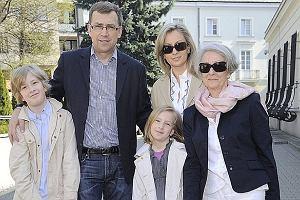 Maciej Orłoś pojawił się z żoną i dziećmi na śniadaniu wielkanocnym grupy Entropia Słowa. Słynny prezenter chętnie pozował ze swoimi bliskimi do zdjęć. Poznajcie rodzinę Maciej Orłosia.
