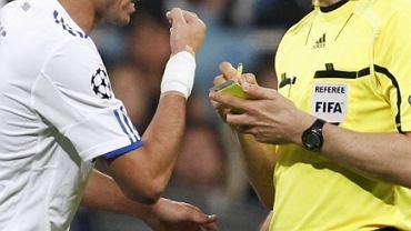 Pepe i sędzia Wolfgang Stark. Portugalczyk właśnie został ukarany czerwoną kartką. Real - Barcelona w Lidze Mistrzów
