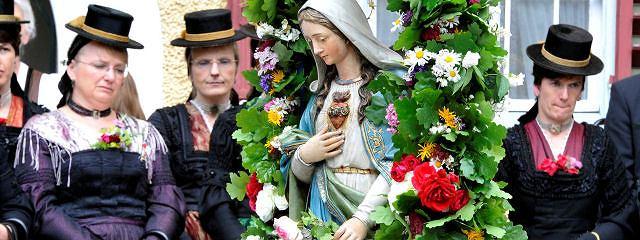 Kobiety w tradycyjnych strojach w czasie procesji Bożego Ciała w Lofer, Salzburg