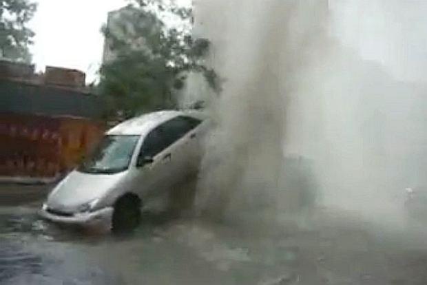 Kanalizacyjny gejzer vs Ford Focus | Wideo