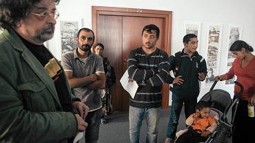 Rzecznik prezydenta Gdańska Antoni Pawlak przyjmuje list od Romów z prośbą o pomoc