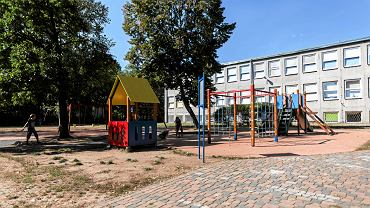 Szkoła podstawowa nr 77 przy ul. Samogłoska 9