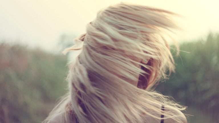 Włosy z tendencją do przetłuszczania się można okiełznać (fot. Pexels.com CC0)