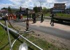 Ramię koparki rozbiło metalową bramę przed wiaduktem w al. Jana Pawła II [WIDEO]