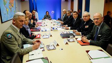 Prezydent Francji Emmanuel Macron (trzeci z prawej) uczestniczy w radzie obrony w Pałacu Elizejskim w Paryżu, 14 kwietnia 2018.