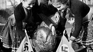 Akcja pomocy biednym mieszkańcom miast, do których ma trafić chleb widoczny na zdjęciu. Niemcy, rok 1936