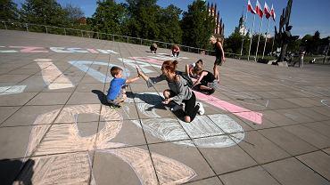 Happening poparcia dla protestujących w Sejmie rodziców osób niepełnosprawnych na pl. Solidarności w Szczecinie