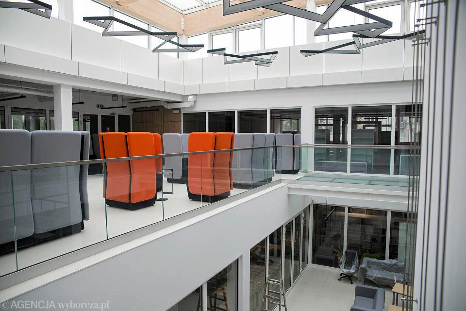 We wnętrzu budynku uwagę przykuwają jeszcze nietypowe fotele ustawione na pierwszym piętrze pod świetlikiem. - To oranżeria kulturalna, w której można będzie posiedzieć i poczytać w ciszy - dopowiada Elwira Kabat-Georgijewa