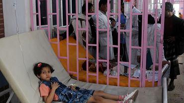 Stolica Jemenu, Sana. Dziewczynka chora na cholerę w izolowanym ośrodku dla cierpiących na tę chorobę.