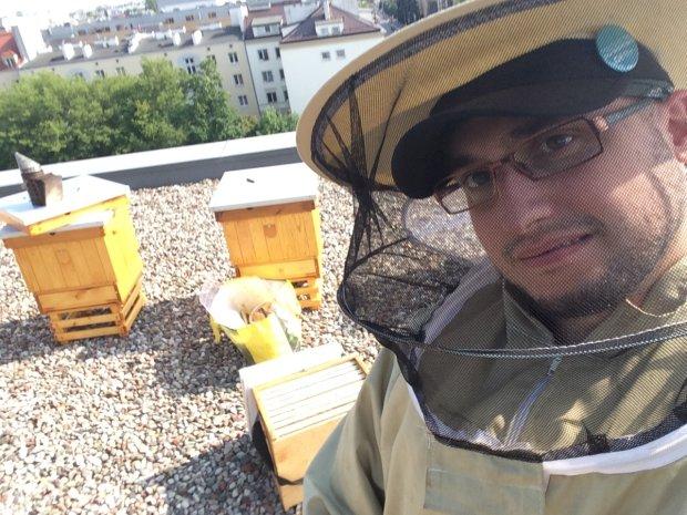Krzysztof Marczewski w Gazety Wyborczej pierwszy raz w życiu w roli pszczelarza
