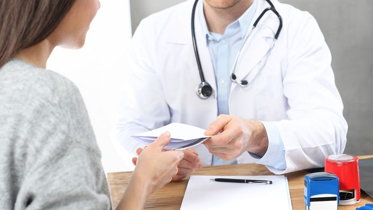 Skierowanie do sanatorium może wystawić lekarz rodzinny, pierwszego kontaktu czy każdy inny specjalista, który ma podpisaną umowę z Narodowym Funduszem Zdrowia