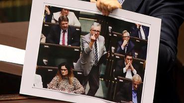Posłanka PO Monika Wielichowska trzyma zdjęcie posła PiS Piotra Pyzika