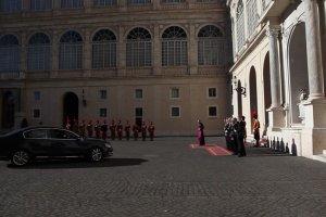 Ksi�na Charlene u papie�a Franciszka. Ubrana na bia�o. Z�ama�a protok�? Nie, ten przywilej ma tylko siedem kobiet na �wiecie