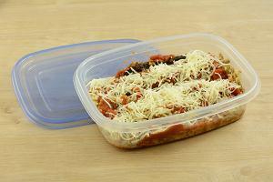d18644fd41052 Jak pozbyć się plam po jedzeniu z plastikowych opakowań  Wykorzystaj ocet i  sodę