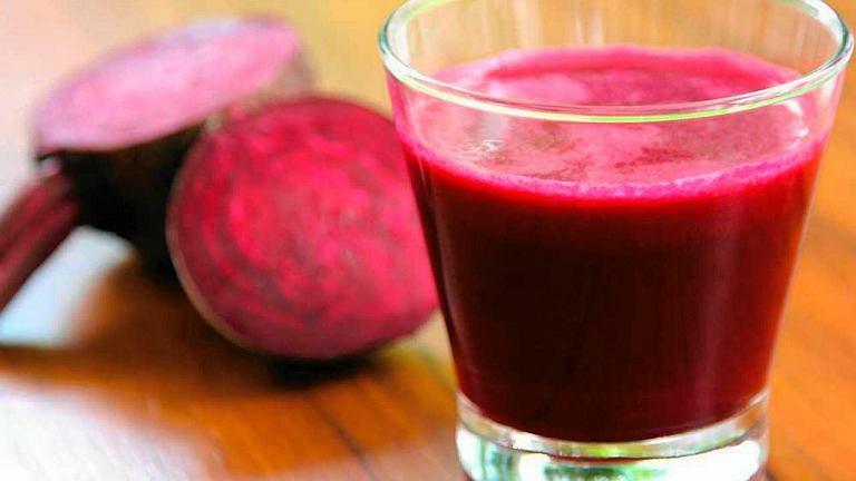 Różowy - z soku z buraka. Proponujemy użyć koncentratu barszczu czerwonego - im mniej go rozcieńczymy, tym kolor będzie bardziej intensywny, aż do ciemnoróżowego. Do barszczu dolewany łyżkę octu, wsypujemy łyżkę soli, wkładamy jajka, gotujemy 10-15 minut.