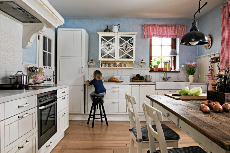 Теплая и уютная - кухня идеально подходит для семейных встреч