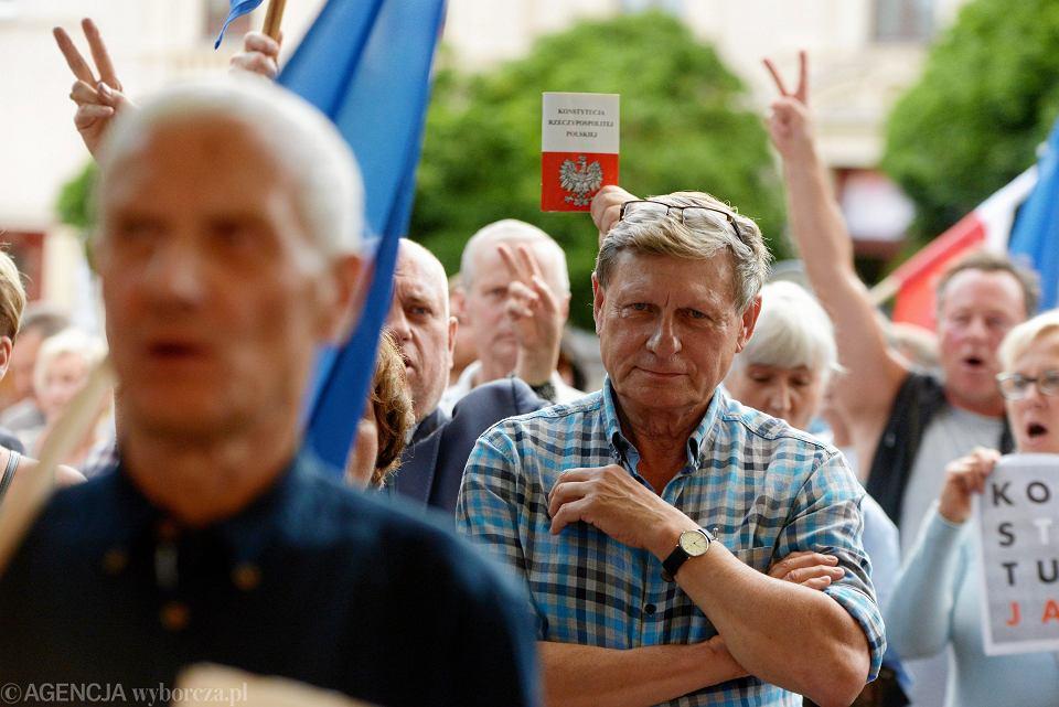Prof. Leszek Balcerowicz podczas pikiety przeciwników pisowskich zmian w sądownictwie. Olsztyn, 4 lipca 2018