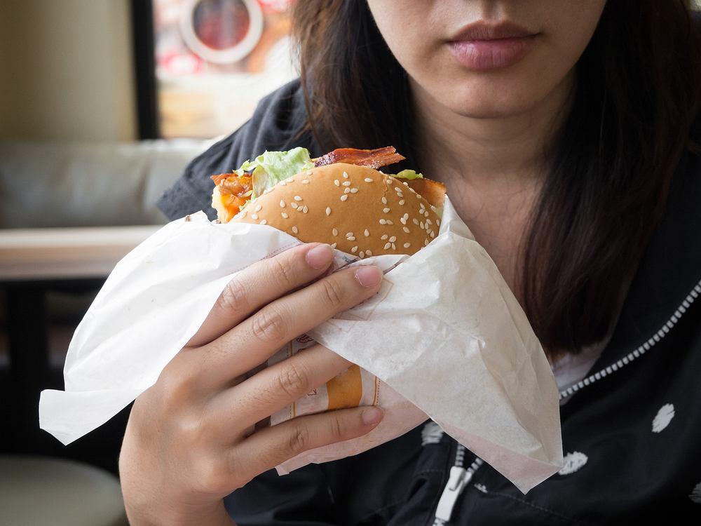 Czy 'zdrowe' dania z restauracji szybkiej obsługi naprawdę są lepsze od frytek i burgera? Pytamy dietetyka