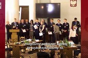 Finaliści turnieju IPN solidaryzują się z  wyrzuconymi z Sejmu licealistami. Wyciągnęli unijną flagę