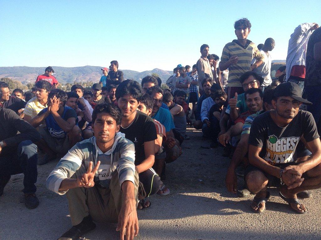 Uchodźcy na Kos czekają na posiłek (fot. Artur Domosławski)