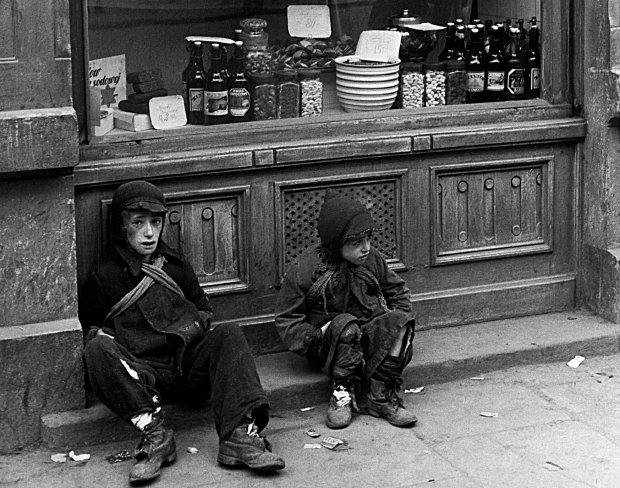 Od pierwszych dni istnienia warszawskiego getta na ulicach stale widziało się głodne, żebrzące i bezdomne dzieci.