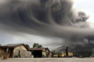 Indonezja. Panika po erupcji wulkanu Sinabung. Ewakuowano prawie 20 tys. os�b