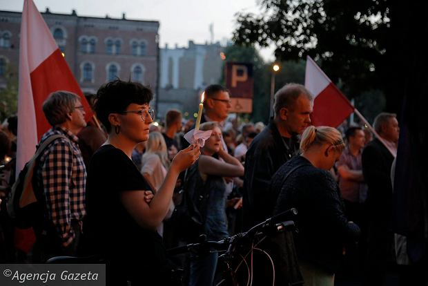 Zdjęcie numer 58 w galerii - Tłumy przed Sądem Okręgowym w Łodzi. Kolejny dzień protestów przeciwko zmianom PiS w sądownictwie [ZDJĘCIA]
