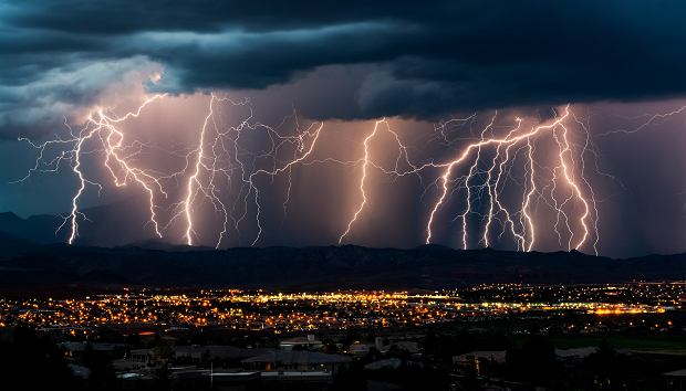 Jeżeli myślisz, że może ci grozić uderzenie pioruna, unikaj otwartych przestrzeni i znajdź schronienie (fot. jerbarber / iStockphoto.com)