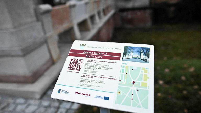 Tabliczki z kodem do zeskanowania przez smartfon w parku w Wilanowie