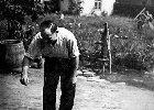 W tle zdjęcia widać murowany domek na posesji pani Chojnackiej. Mieszkała w nim pani Waleria, która wyszła za maż za Niemca Karla Rotha