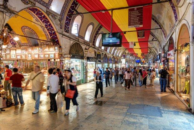 Jednym z zakamarków Stambułu, które koniecznie musisz odwiedzić jest Wielki Bazar, wzniesiony w 1464 r., zaraz po podbiciu Konstantynopola przez Mehmeda Zdobywcę. Swój obecny kształt pasaż zawdzięcza przebudowie z XIX w. Fot. iacheslav Lopatin  / shutterstock.com
