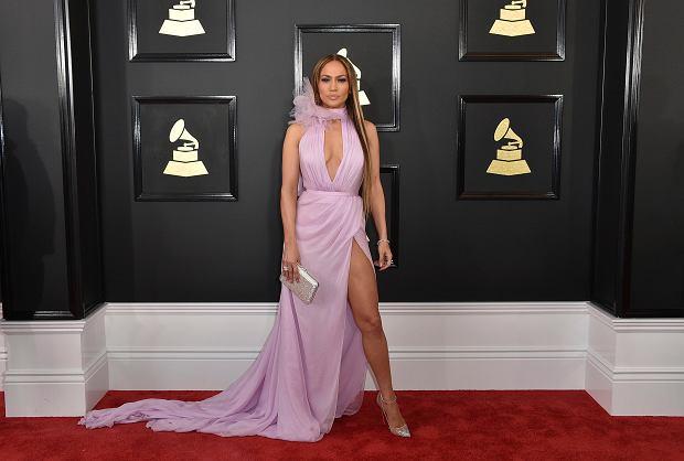 Jennifer Lopez na gali rozdania prestiżowych nagród Grammy zachwyciła kreacją. Wokalistka postawiła na oryginalną kreację Ralph&Russo w różowym kolorze, koło której zdecydowanie trudno było przejść obojętnie. Była jedną z najlepiej ubranych gwiazd!