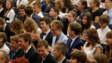 Uczniowie z Gimnazjum i Liceum Akademickiego zakończyli dziś rok szkolny w auli Uniwersytetu Mikołaja Kopernika