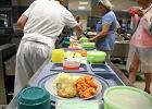 Podano do stołu: ziemniaki, smażona ryba i surówka z marchwi i jabłka. Takie pyszności dostanie na pewno pacjent na dziecięcym   - Zdjęcia