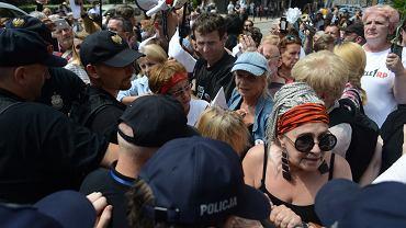 'Wiec na zakazanej ziemi' - akcja Obywateli RP, KOD i Strajku Kobiet pod Sejmem. Warszawa, 18 lipca 2018