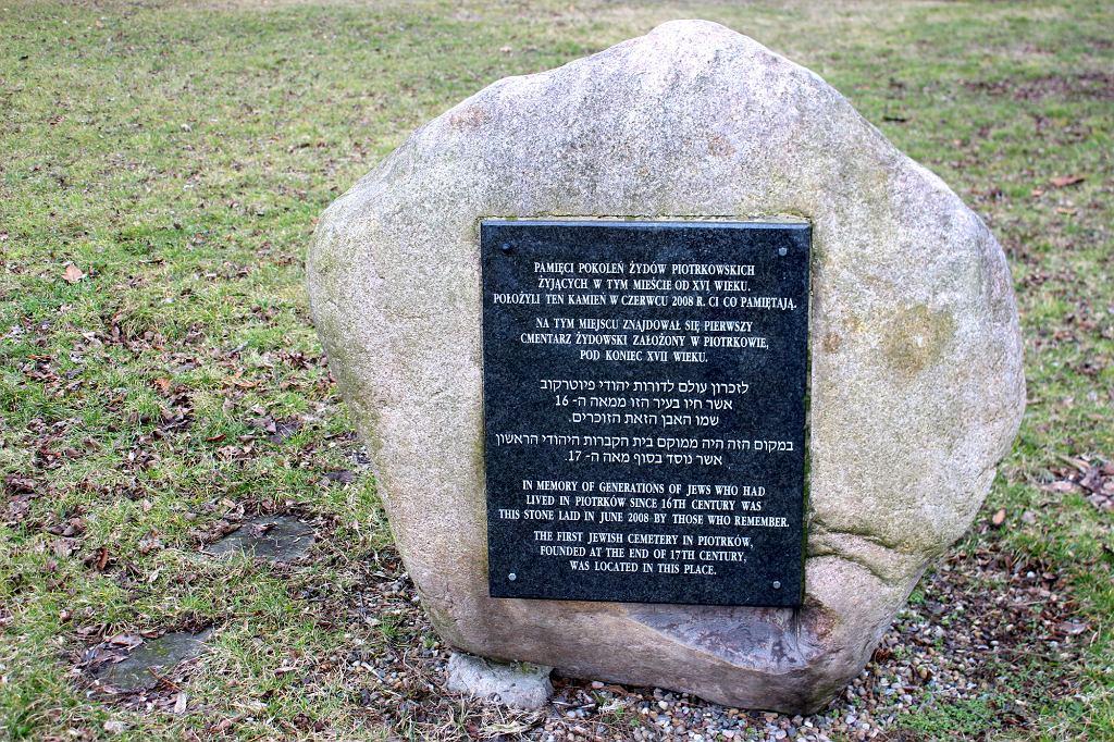 Kamień upamiętniający stary cmentarz żydowski w Piotrkowie Trybunalskim (fot. Bartosz Józefiak)